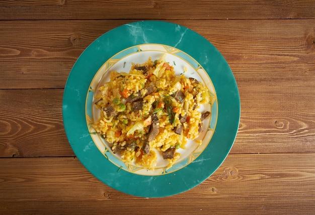 Arroz chino colombiana - riso fritto con verdure e carne. cibo del sud