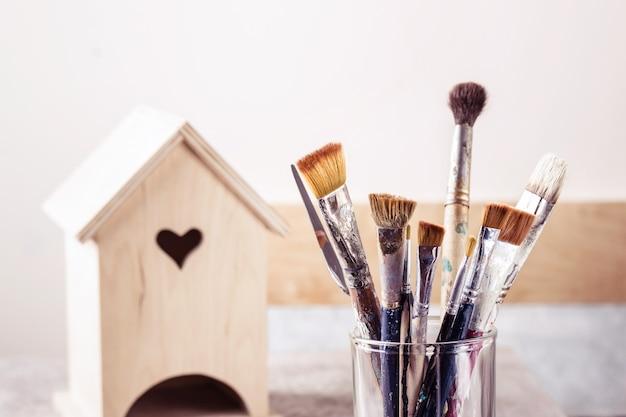 Set di pennelli artistici e casa in legno per la decorazione.
