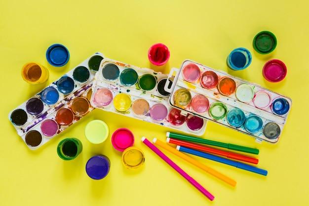 Pennelli artistici e colori ad acquerello per l'artista e la creatività a scuola