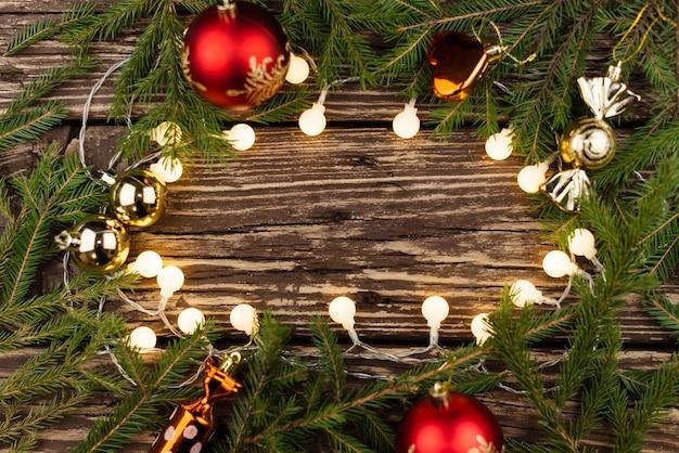 Arte composizione di vacanze di natale su fondo in legno con decorazione albero di natale