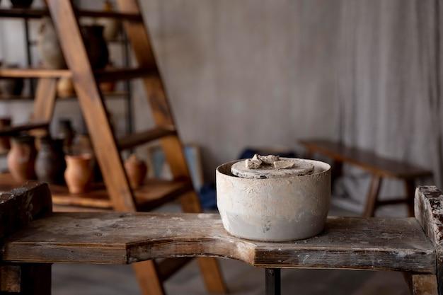 Concetto di arte con strumenti di ceramica