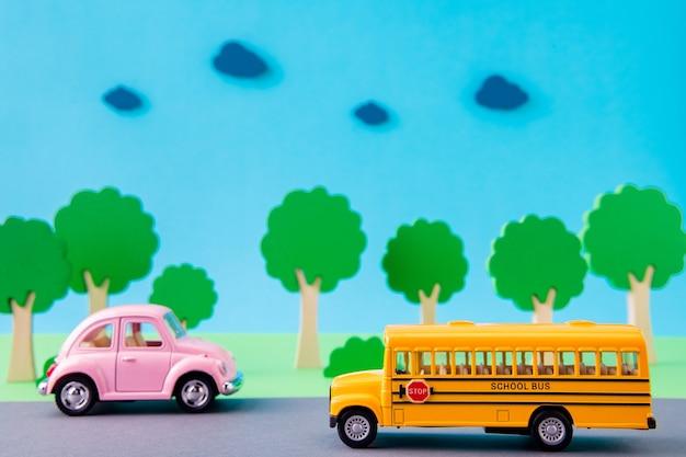 Immagine di design artistico di un bel bus di scuola di auto d'epoca in autostrada