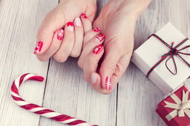 Manicure d'arte, colore rosso e bianco