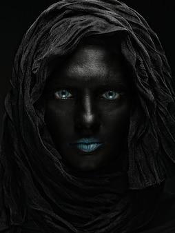 Foto d'arte di una bella donna con la faccia nera