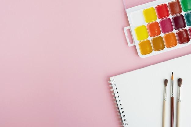 Rifornimenti di arte sul tavolo rosa