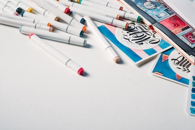 Forniture d'arte sul posto di lavoro. assortimento di pennarelli. hobby creativo. copi lo spazio su bianco.