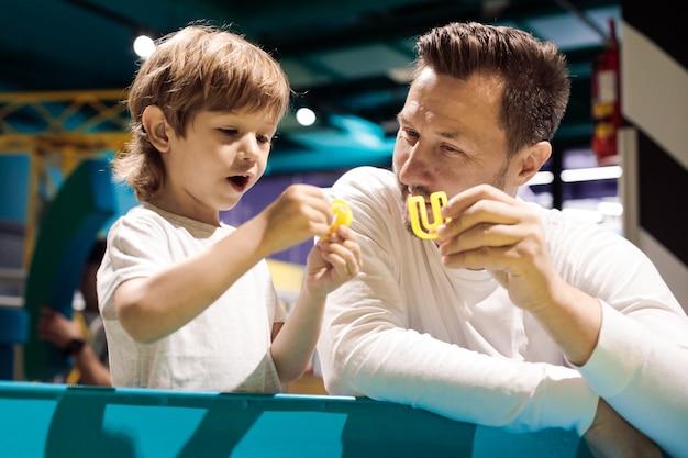 L'arteterapeuta mostra la forma del ragazzo per giocare con la sabbia cinetica sotto forma di lettera. alleviare lo stress. sensazioni tattili. creatività e piacere. sviluppo delle capacità motorie fini.