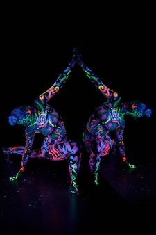 Arte del corpo donna arte sul corpo che balla alla luce ultravioletta