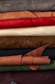 Campioni di pelle artificiale su uno sfondo di pelle di mucca. vista dall'alto.