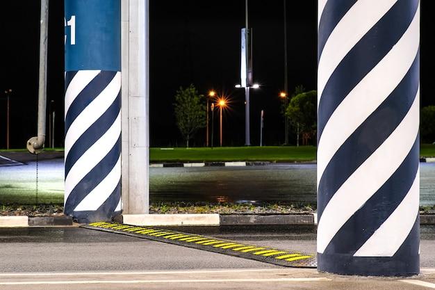 Dosso artificiale di asperità stradale. all'ostacolo vengono applicati quadrati luminosi gialli per attirare l'attenzione dei conducenti.