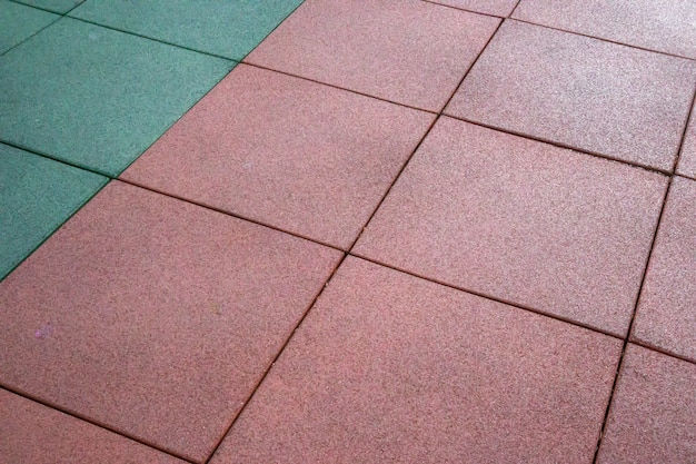 Rivestimento gommato artificiale per parchi giochi. materiale sintetico. sfondo colorato del parco giochi all'aperto in caso di pioggia. stile di vita attivo, concetto di allenamento.