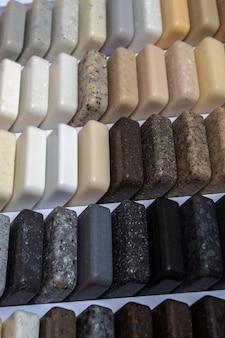 Pietra artificiale, pietra decorativa a campione. concept, layout, materiale di finitura Foto Premium