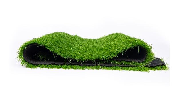Tappeto erboso artificiale per campi sportivi, erba in plastica su sfondo bianco.