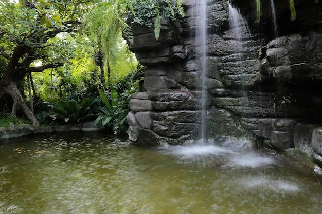 Una cascata artificiale e uno stagno nel parco di bangkok