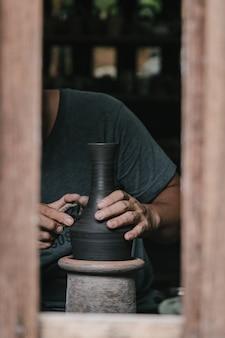 Vasaio artigianale che produce oggetti d'arte artigianali