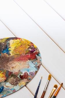 Desktop dell'artista con colori e pennelli
