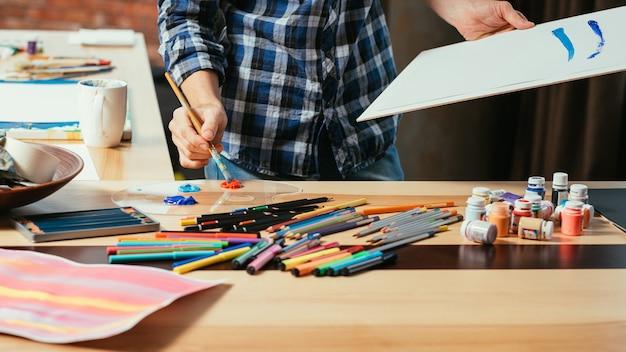 Artista che dipinge nel suo spazio di lavoro in studio