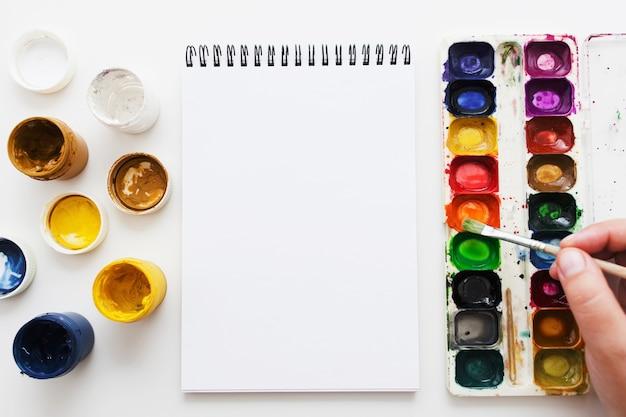Pittura dell'artista con colorante ad acquerello