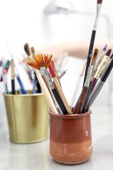 Pennelli d'artista in un barattolo in uno studio di pittura