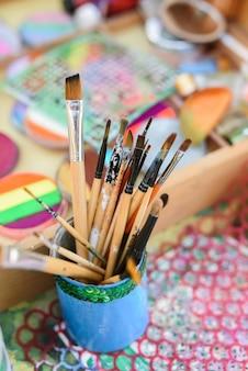 Pennelli e vernici per artisti per la pittura del corpo tematica