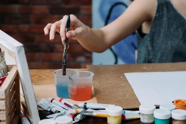 Forniture per artisti. selezione di pennelli per dipingere