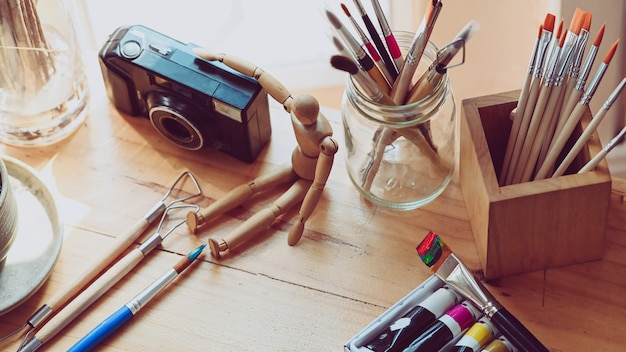 Tavolo da lavoro dell'artista con accessori. scrivania grafica.