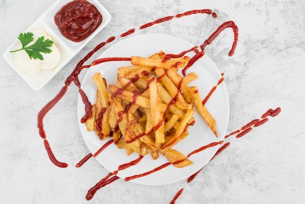 Piatto artistico con patatine fritte