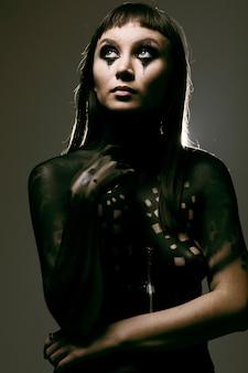 Pittura artistica sul corpo di una giovane ragazza snella affascinante
