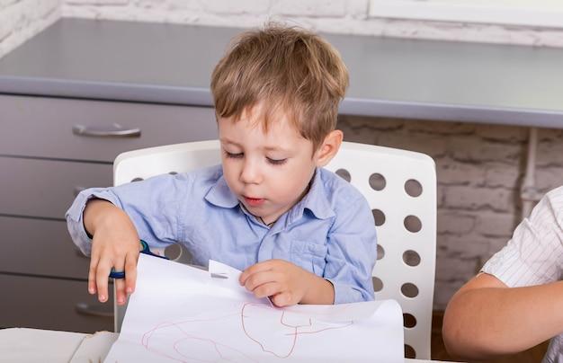 Lavoro di opera d'arte con accessori creativi ragazzo tagliato e colla