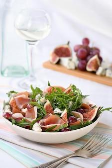 Insalata di rucola con prosciutto di parma, gorgonzola, fichi, uva