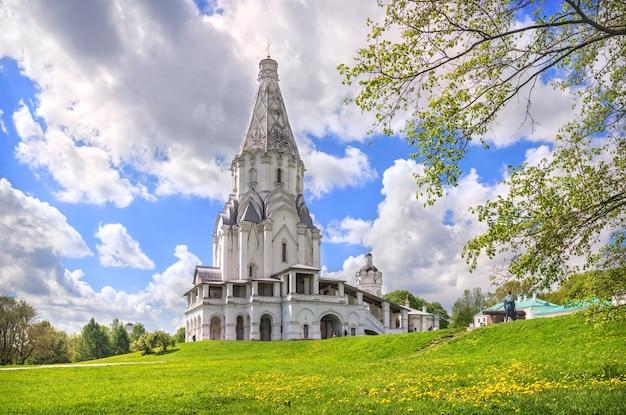Chiesa dell'ascensione e cannone in kolomenskoye a mosca in una giornata di sole estivo