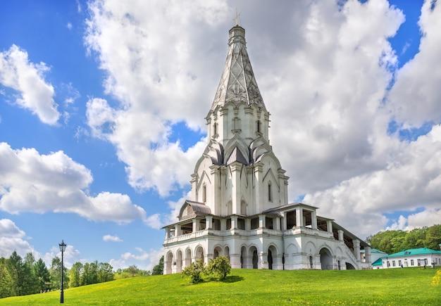 Chiesa dell'ascensione in kolomenskoye a mosca in una giornata di sole estivo