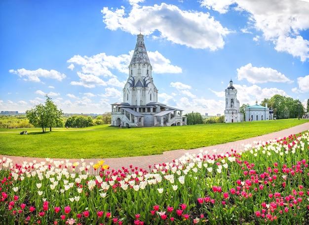 Chiesa dell'ascensione e tulipani in kolomenskoye a mosca in una giornata di sole estivo