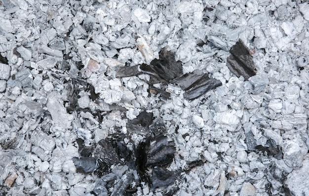 Cenere dopo aver bruciato assi di legno.