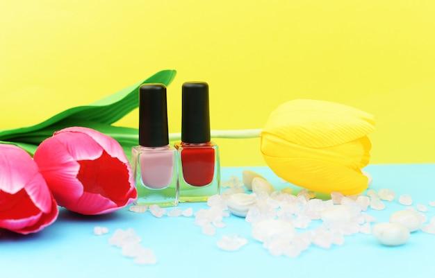 Bottiglie di ashion con vernice gel rossa per unghie femminili