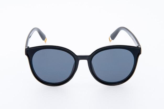 Occhiali da sole ashion con montatura nera su sfondo bianco