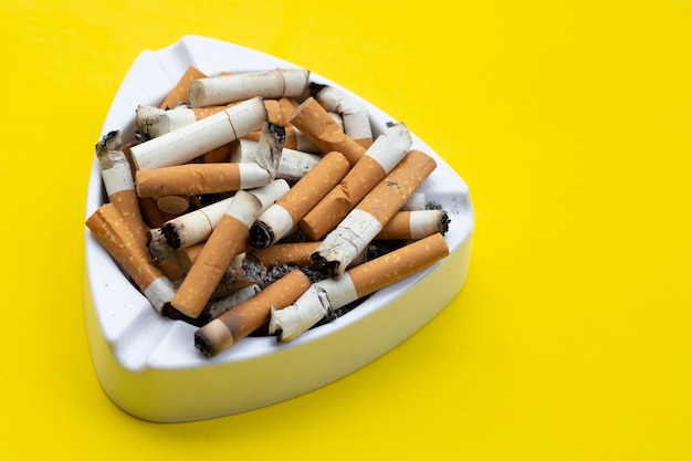 Posacenere e sigarette. copia spazio
