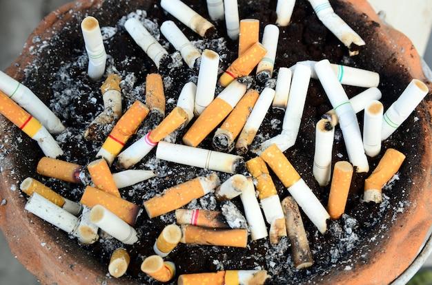 Posacenere pieno di sigarette affumicate