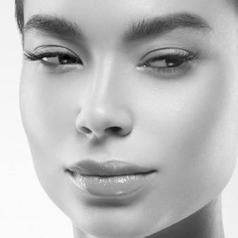 Asia bellezza donna pelle sana viso pulito pelle fresca spa. colpo dello studio. monocromo. grigio. bianco e nero.