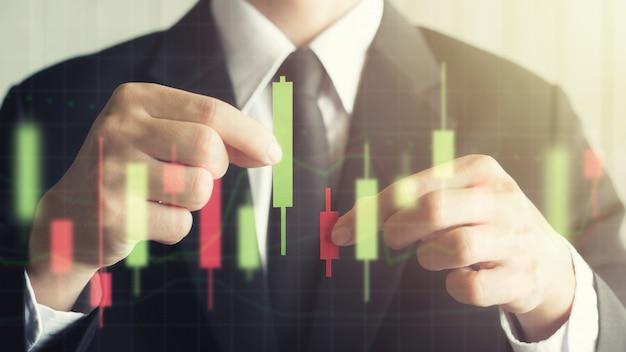 Il grafico del candeliere della tenuta maschio di affari dell'asia fa da rosso e da verde di carta