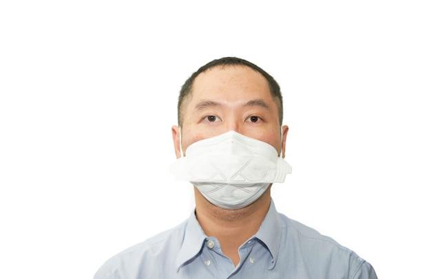 L'uomo asiatico indossa la maschera del virus corona di protezione n95 isolata su bianco in pandemia covid 19 isolata su bianco