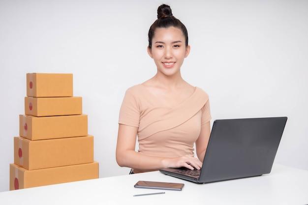 Donna asiatica start up per business online. persone con lo shopping online imprenditore pmi o concetto di lavoro freelance.