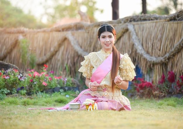 Vestito tailandese da stile della donna dell'asia ritratto di bella ragazza che sorride tailandia