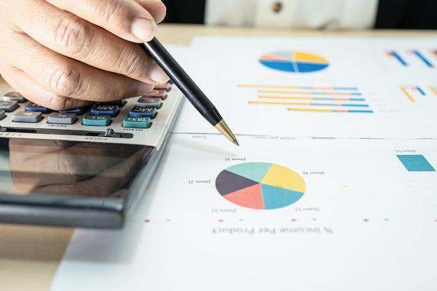 Contabile asiatico che lavora e analizza la contabilità del progetto di rapporti finanziari