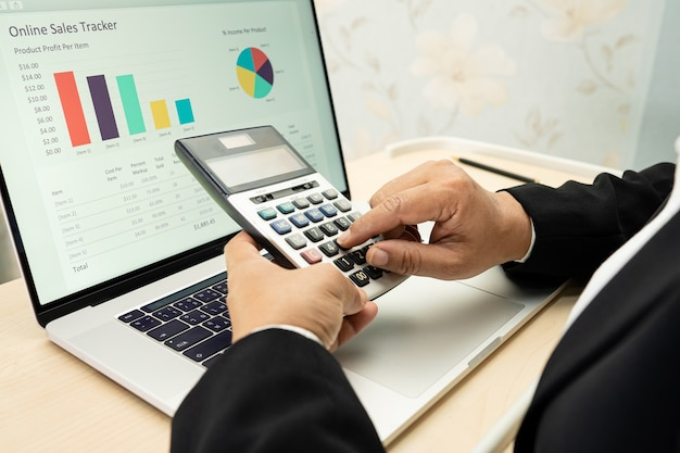 Contabile asiatico che lavora e analizza la contabilità del progetto dei rapporti finanziari