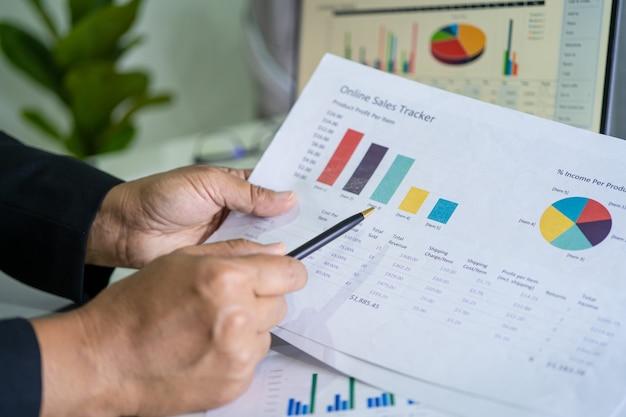 Ragioniere asiatico che lavora e analizza il progetto di rapporti finanziari