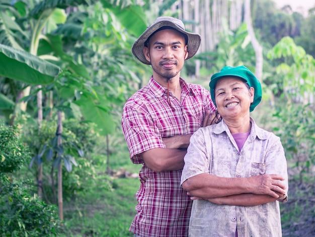 Agricoltore, madre e figlio asiatici