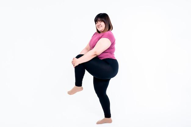 La donna grassa attraente asiatica è esercizio per perdere peso su bianco