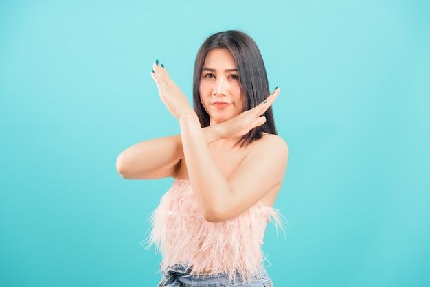 Bella donna asiatica che non mostra segno della mano