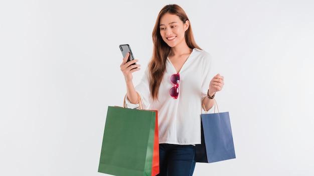 Blogger di belle donne asiatiche utilizza lo smartphone per lo shopping online